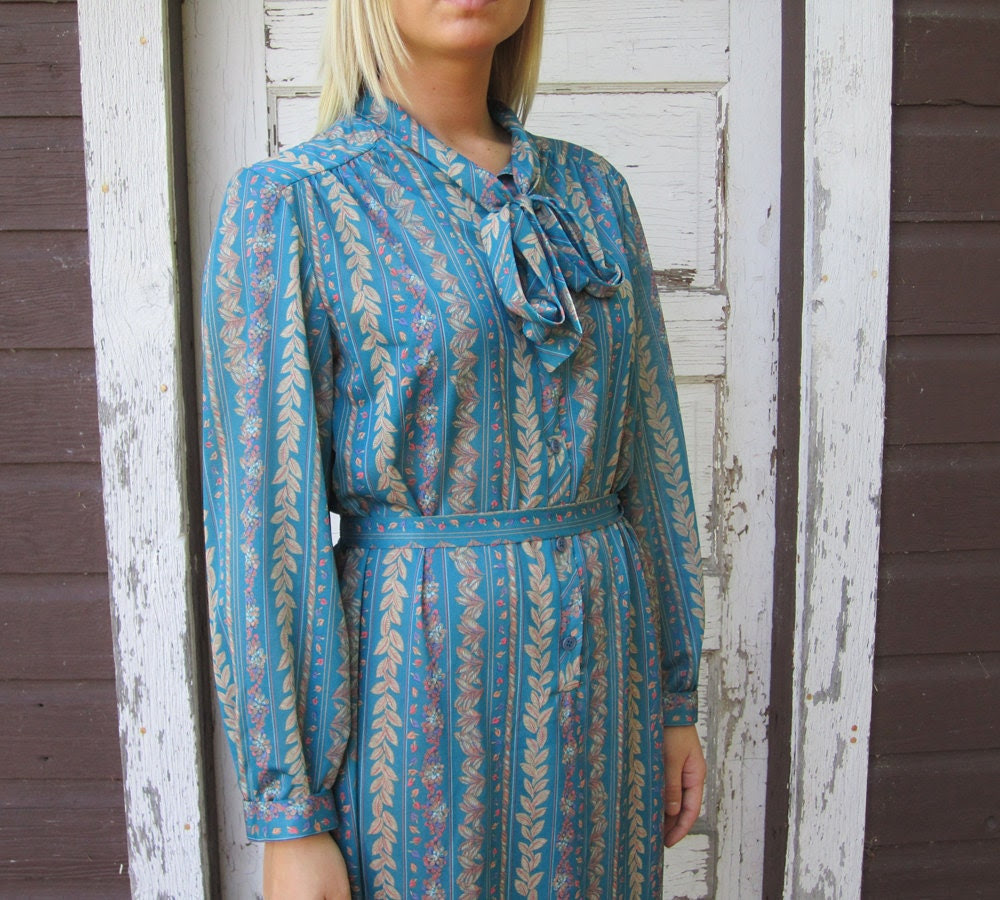 vintage 1970's blue dress w/ leaf design - size medium