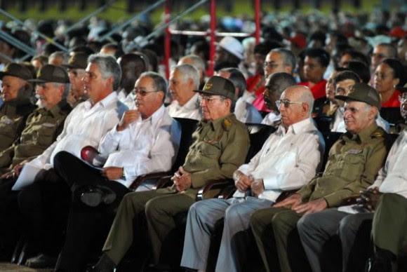 El General de Ejército Raúl Castro Ruz (C), Presidente de los Consejos de Estado y de Ministros, preside el Acto Nacional por el  62 Aniversario de los Asaltos  a los Cuarteles Moncada y Carlos Manuel de Céspedes, y el 500 Aniversario de la Villa de Santiago de Cuba, el 26 de julio de 2015.   AIN FOTO/  Yaciel Peña de la Peña