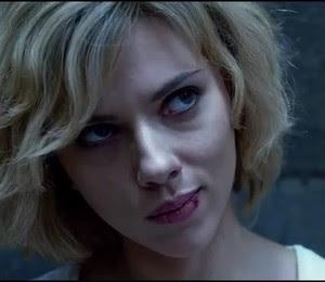 Scarlett Johansson  - em seu novo filme, ela é especial por usar mais de 10% do cérebro. Acredite, você faz o mesmo (Foto: Reprodução/Youtube)