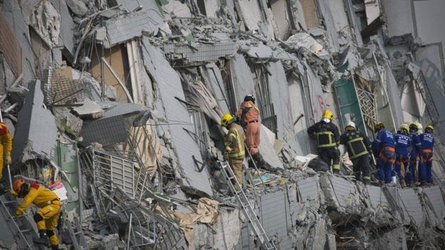 عمال الانقاذ بالبحث مبنى انهار في تاينان، تايوان، في 6 فبراير 2016
