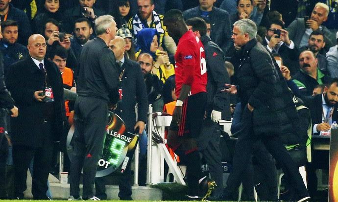 Pogba sai de campo machucado e sem falar com José Mourinho na derrota do Manchester United (Foto: AP)