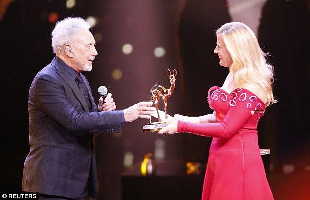 Orgulhoso: o cantor Tom Jones recebe o troféu Bambi de Barbara Schoeneberger