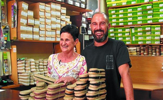 Zapatería Pombar. Inma Ariztia y su hijo Óscar Pombar entre alpargatas.