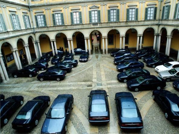 Auto di rappresentanza nel cortile della prefettura di Milano (Fotogramma)