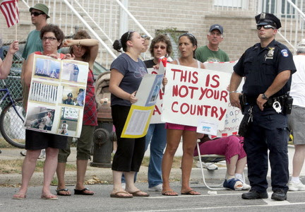 http://media.silive.com/latest_news/photo/mosque-protest-20ec1f0afcb36806_large.jpg