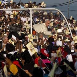 Sri Lanka, il Papa tra la folla