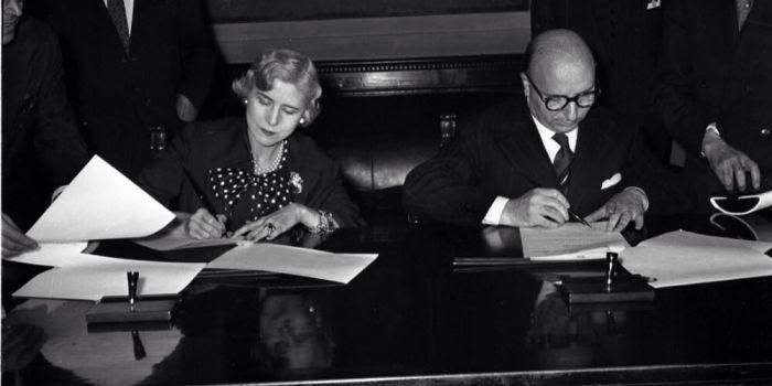 Ma quale futuro, Renzi è gli anni '50: quando era l'ambasciatrice Usa Luce a decidere #IoVotoNo