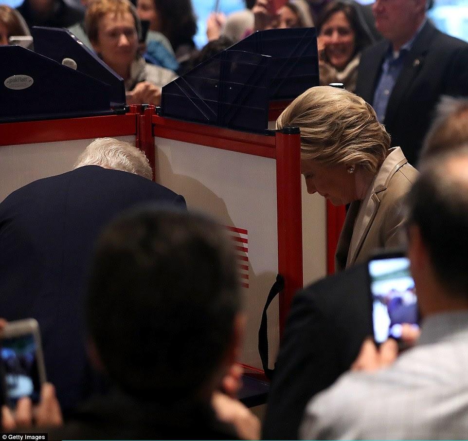 Clinton (R) e seu marido ex-presidente americano Bill Clinton voto em Douglas Grafflin Elementary School na terça-feira