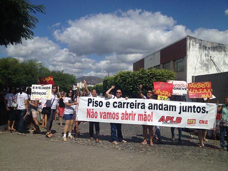 Professores fizeram nova manifestação em frente ao prédio da Secretaria Municipal de Educação