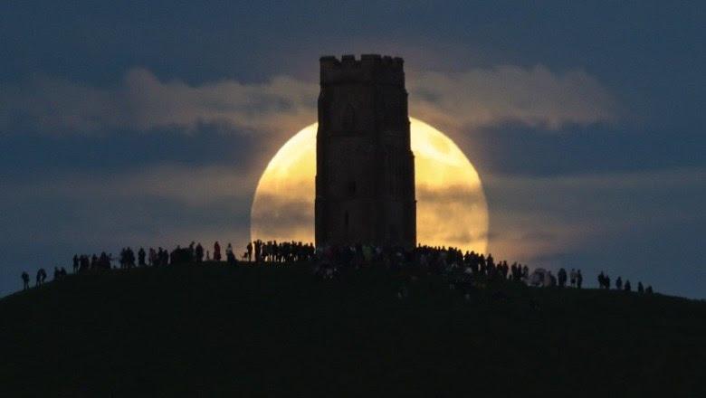 Em uma ocasião rara, a lLa atraiu uma legião de pessoas paraGlastonbury Tor, uma montanha localizada em Glastonbury, Somerset, Inglaterra