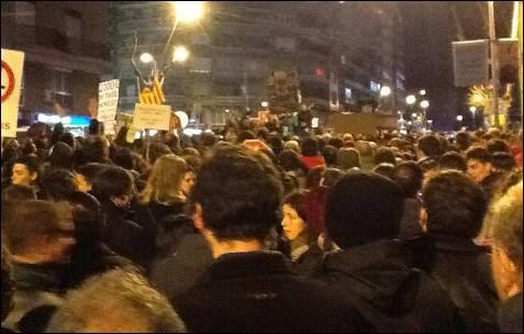 Encima de un cambio Ada Colau se dirige a los manifestantes en Barcelona. -MD