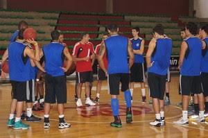 José Neto conversa com o elenco rubro-negro sobre o jogo contra a Liga Sorocabana (Foto: Marcello Pires)