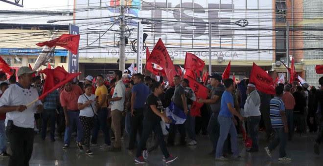 Simpatizantes de Salvador Nasralla protestan frente al edificio del Tribunal Supremo Electoral, en Tegucigalpa. / GUSTAVO AMADOR (EFE)
