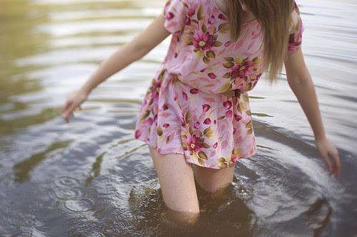 forgettinglovers:  O verdadeiro defeito da mulher é que ela vê um rio onde só existe uma gota.