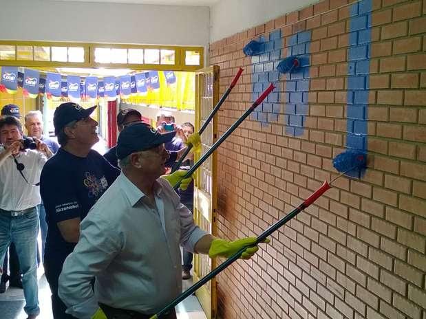 Felipão ajuda a pintar muro de escola em Caxias do Sul Foto: Daniel Favero / Terra