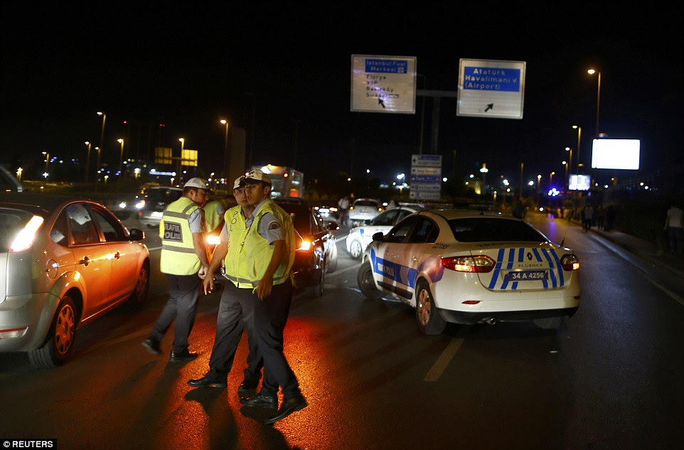 Dois dos bombardeiros Acredita-se que detonou seus explosivos na entrada para o aeroporto, que é o maior da Turquia, enquanto um terceiro se explodiu no parque de estacionamento