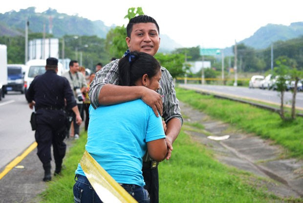Parentes de vítimas choram na cena do crime (Foto: Reuters)
