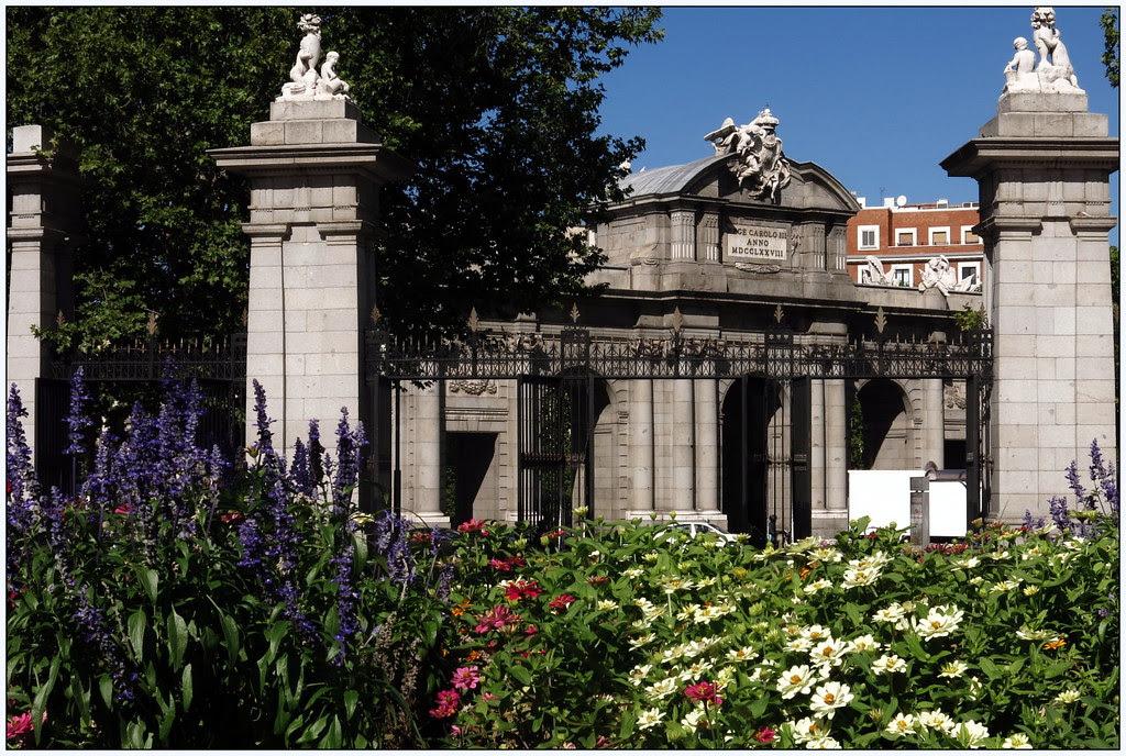 Desde El Retiro, la Puerta de Alcalá