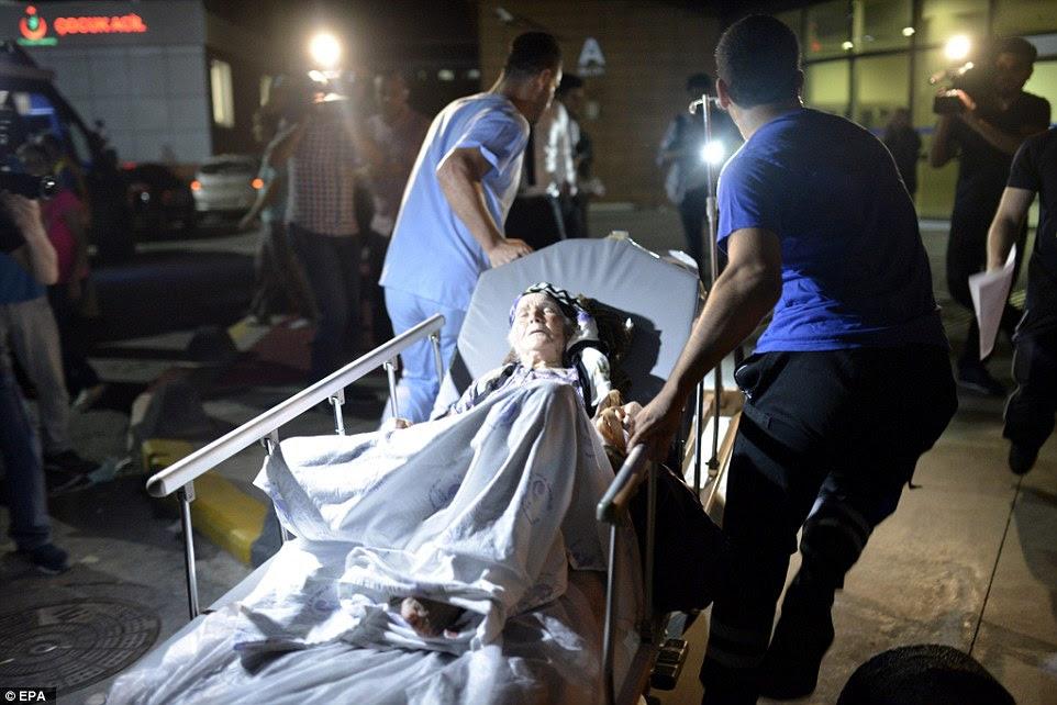 Cerca de 30 ambulâncias chegaram ao local para apressar as dezenas de pessoas feridas na série de três explosões suicidas para o hospital