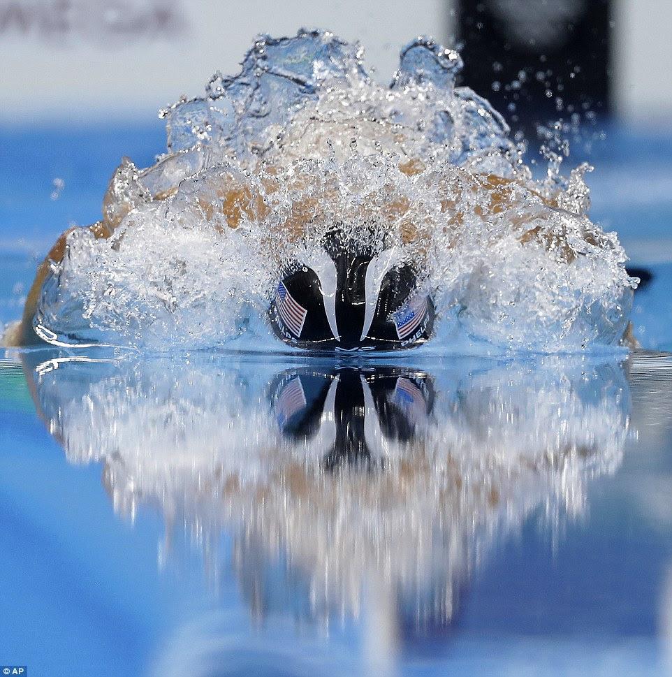 Phelps corta a água no 200m medley individual, em seu caminho para o dia 22 de seus recorde de 23 medalhas de ouro olímpicas