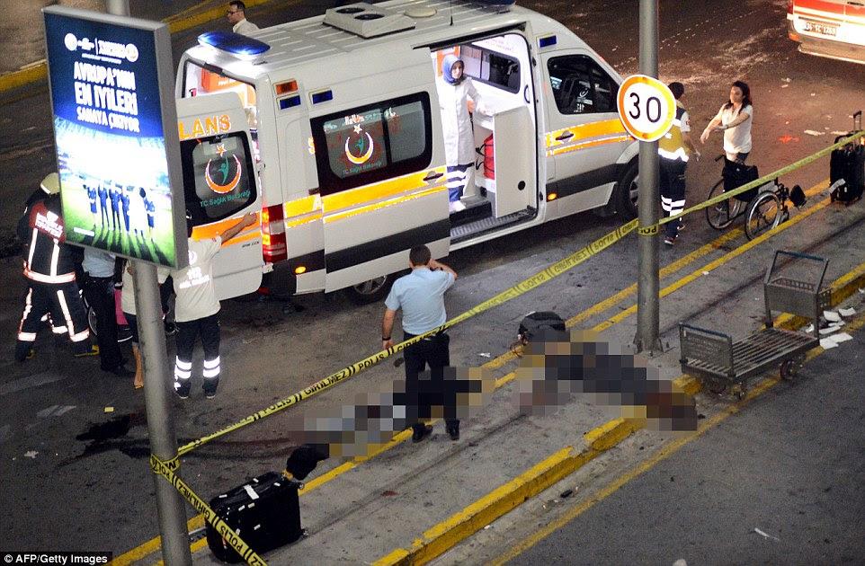 Corpos se encontram na calçada Aeroporto Internacional de Istambul depois de explosões e tiros sacudiu o terminal
