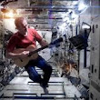 Astronaut Chris Hadfield sings Space Oddity