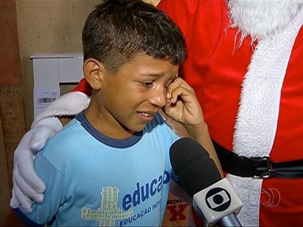Menino se emociona ao receber cama de presente do Papai Noel (Foto: Reprodução/TV Anhanguera)