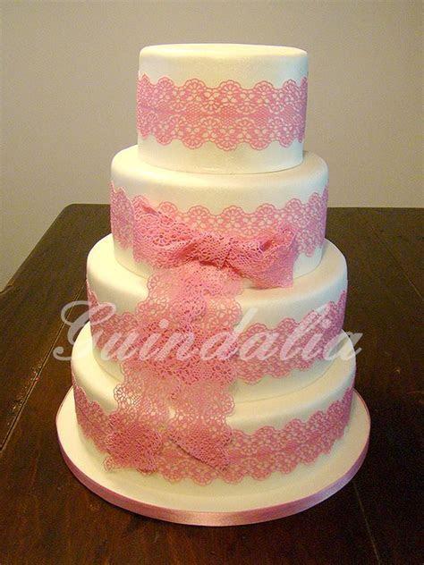 Tarta de boda de 4 pisos con lazo de encaje de azúcar