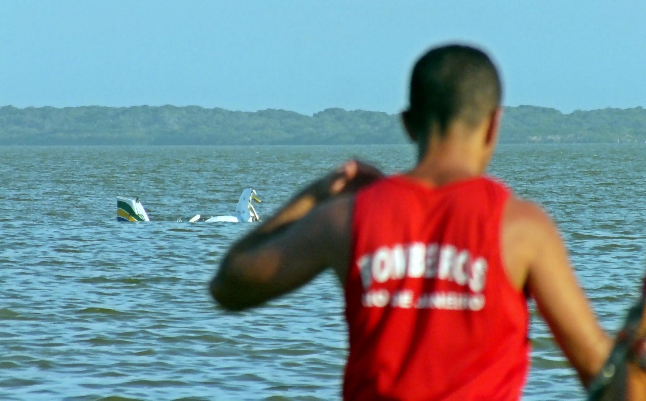 Bombeiros auxiliaram no resgate dos dois corpos. (Foto: João Henrique | Maricá Info)
