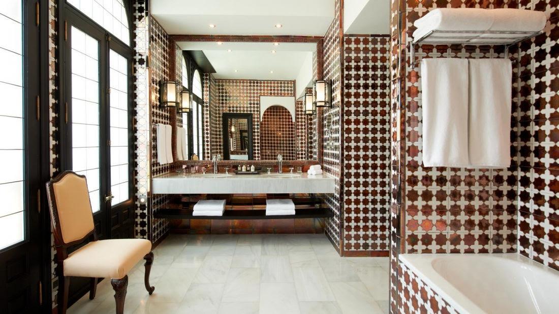 Disfrute de los baños de nuestras suites. Amplios, cómodos y elegantes, disfrute de un relajante baño o de una revitalizante ducha en un espacio perfecto para cuidar la higiene y la belleza personal.