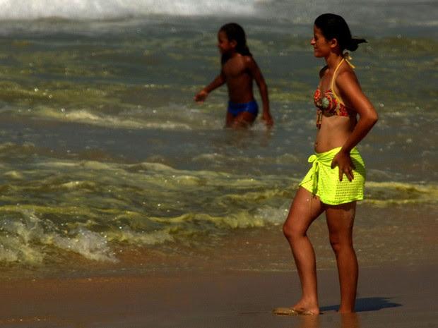 Espuma verde aparece em praias da Zona Sul do Rio (Foto: Alessandro Buzas/Futura Press/Estadão Conteúdo)
