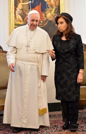 Cristina Kirchner visita o Papa Francisco no Vaticano nesta segunda-feira (17); ela torceu o pé antes do encontro (Foto: Alberto Pizzoli/AFP)