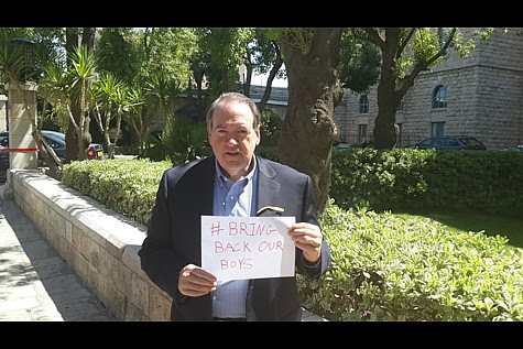Governor Huckabee in Israel with #BringBackOurBoys sign for #EyalGiladNaftali