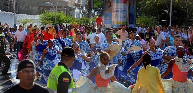 Carnaval de Barranquilla alegra el Paseo de la Avenida Colombia, en la Bienal de Danza