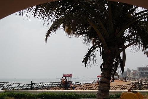 Durch einen Bogen auf den Strand von Pondicherry