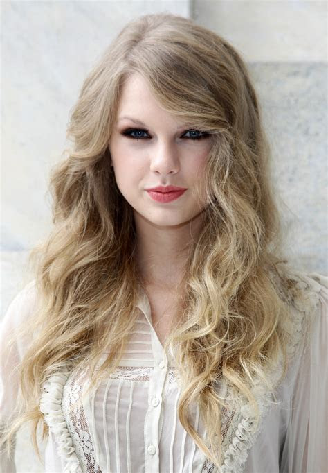 Taylor Swift Curly Hair Style