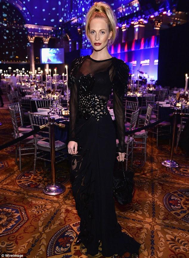 O Alto vida: Poppy Delevingne optou por um vestido preto intermitente sutiã e um rabo de cavalo para a festança realizada no Cipriani Wall Street