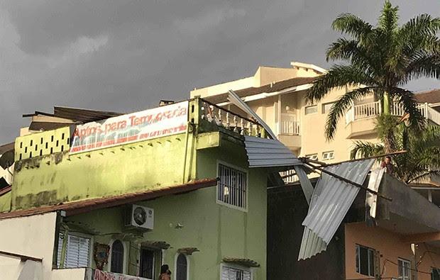Chuva e ventos fortes detelharam casas em Ubatuba (Foto: Rolando Salém/ Vanguarda Repórter)