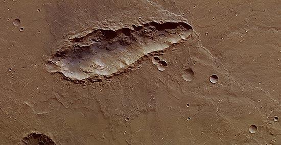 """Sonda espacial tira foto de cratera """"alongada"""" em Marte; o formato é incomum em crateras formadas por impacto"""