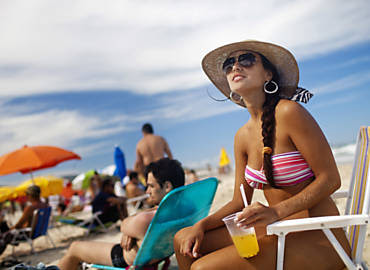 Liana Cezar Maffi, 28, aproveita praia que virou reduto de sarados em Florianópolis