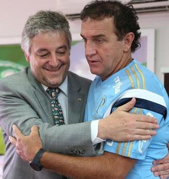Cuca assina contrato com o Palmeiras (Foto: Fabio Menotti/Ag. Palmeiras/Divulgação)