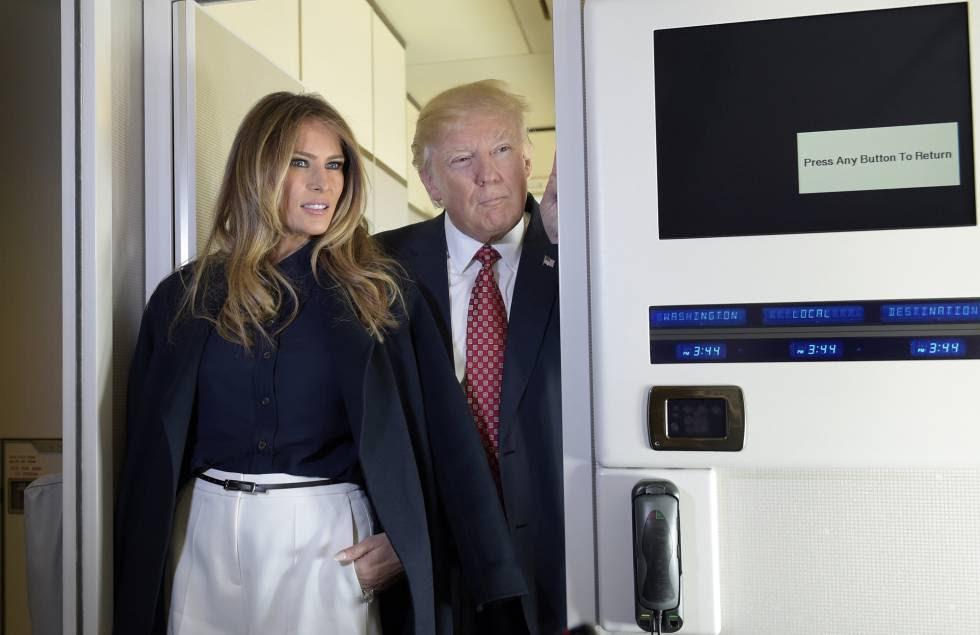 Donald Trump, este viernes junto a su esposa, Melania, en el Air Force One.