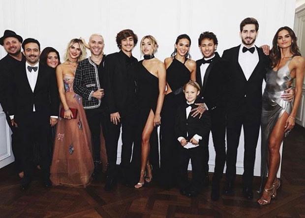 Neymar e Bruna Marquezine com outros famosos em Paris (Foto: Reprodução Instagram)