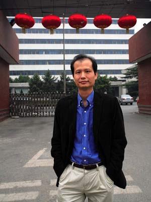 Fang Shimin, escritor também conhecido pelo codinome Fang Zhouzi, dirige o site New Threads, que expôs mais de 900 pesquisas falsas em Pequim