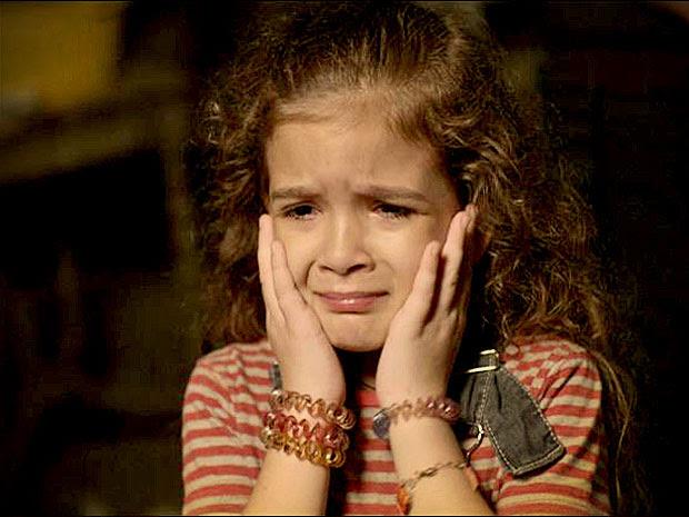 Rita fica desesperada quando o policial diz que seu pai foi atropelado (Foto: Avenida Brasil/ TV Globo)
