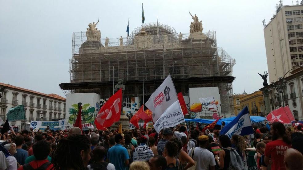 Manifestantes contra a PEC 55 chegaram à Alerj no fim da tarde de terça (Foto: Nicolás Satriano/G1)
