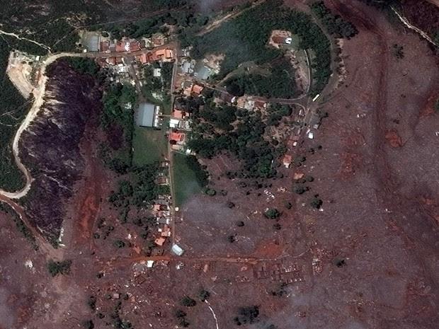Lama de barragens destruiu o distrito de Bento Rodrigues, em Mariana (Foto: DigitalGlobe e Globalgeo Geotecnologias)