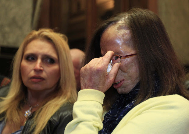 A belga Patricia Lefranc se emociona ao ouvir, durante julgamento, a sentença do ex-Richard Remes, que a atacou com ácido em 2009 (Foto: Yves Herman / Reuters)