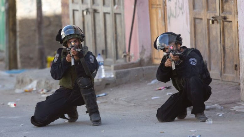 Le forze di sicurezza israeliane prendono la mira durante gli scontri nel campo profughi di Al-Fawwar vicino alla città di Hebron, il 16 agosto 2016. (Majdi Mohammed, AP)
