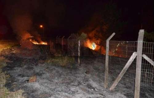 Laranjeiras - Bombeiros controlam fogo às margens da BR 277
